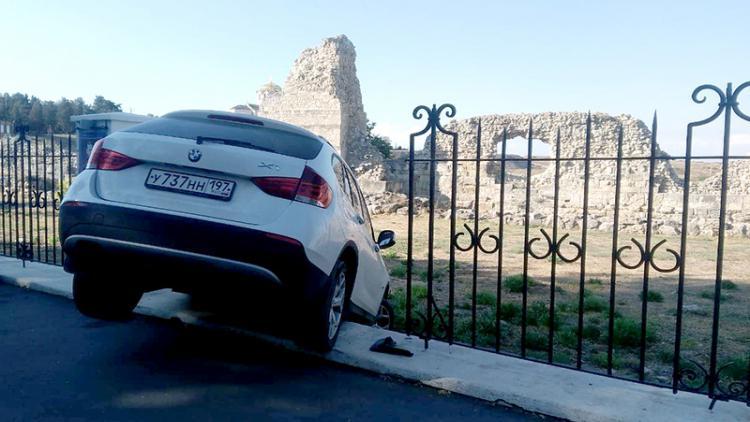 В Севастополе BMW влетел в ограду «Херсонеса Таврического»
