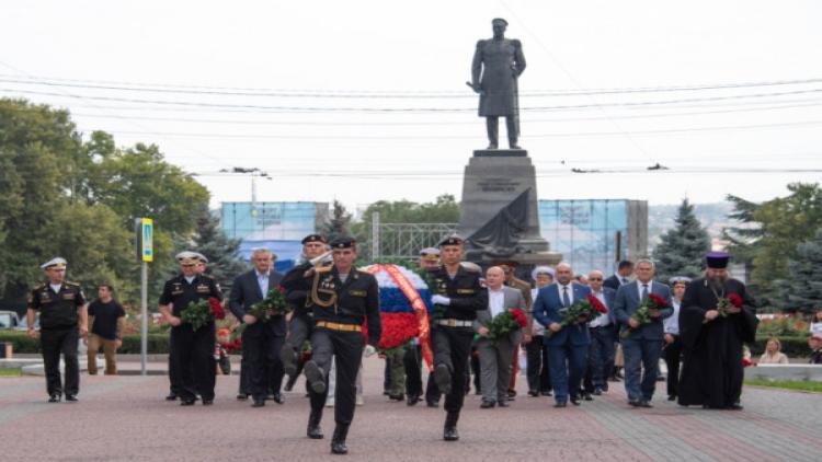 Врио губернатора Севастополя вместе с Главнокомандующим ВМФ России возложили цветы к Вечному огню