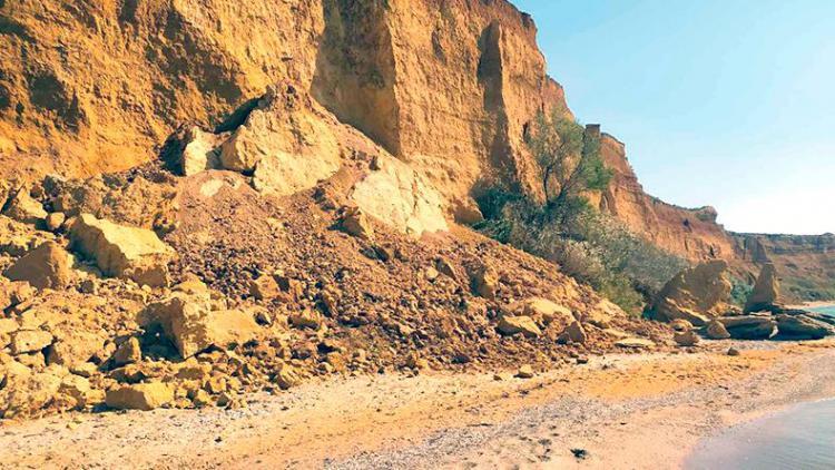 На севастопольском пляже произошел обвал грунта