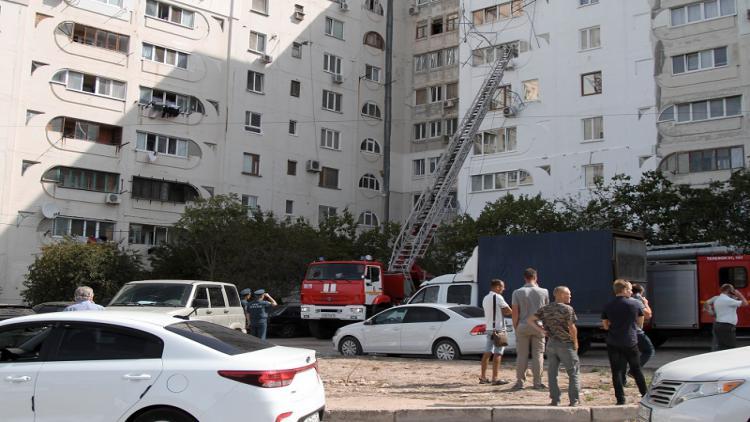 В Севастополе на рабочего обрушились строительные леса [фото, видео]