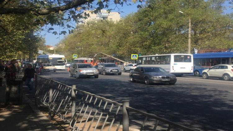 """Троллейбус """"уронил"""" столб на дорогу по Острякова: конструкция может рухнуть в любой момент"""