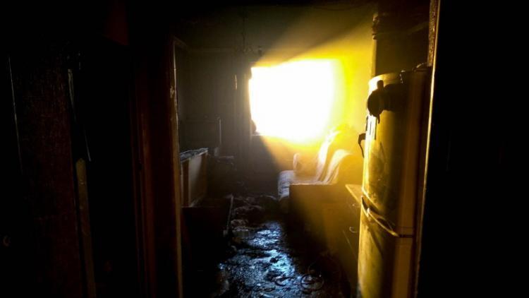 Мужчина госпитализирован с ожогами после пожара в севастопольской многоэтажке [фото]
