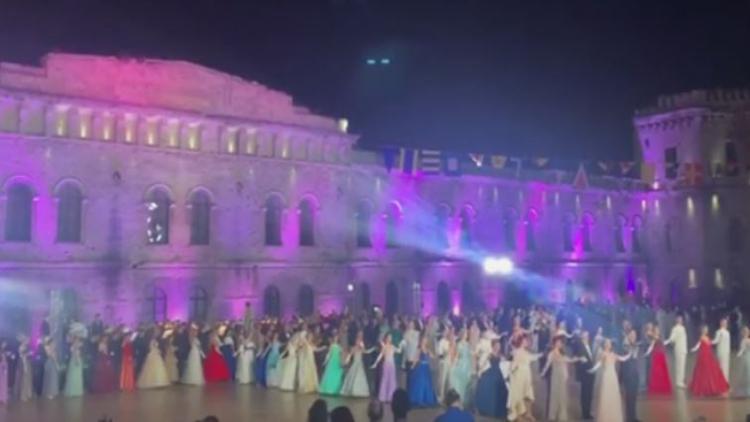 Сотни пар со всей России станцевали на офицерском балу в Севастополе