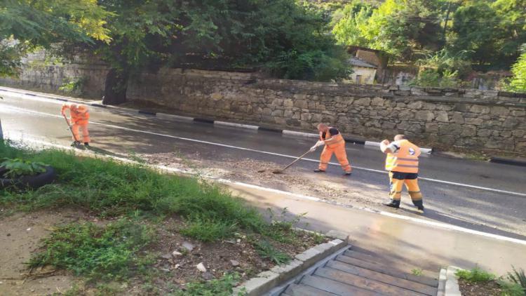 В Севастополе чистят дороги после ливня