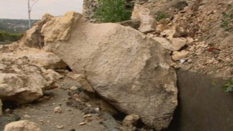 ВСевастополе ливень «обвалил» скалу возле дороги