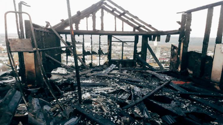 В Севастополе под утро тушили горящий жилой дом