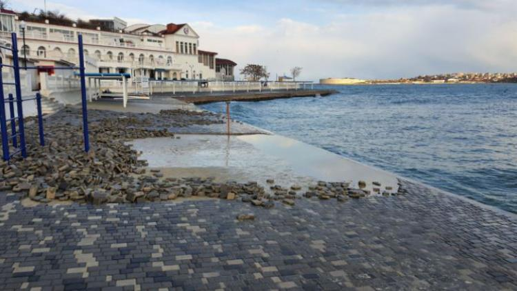 Оператора пляжа в центре Севастополя обязали заменить разбитое штормом покрытие